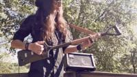 Une guitare à 3 cordes fabriquée à partir d'une bêche  !